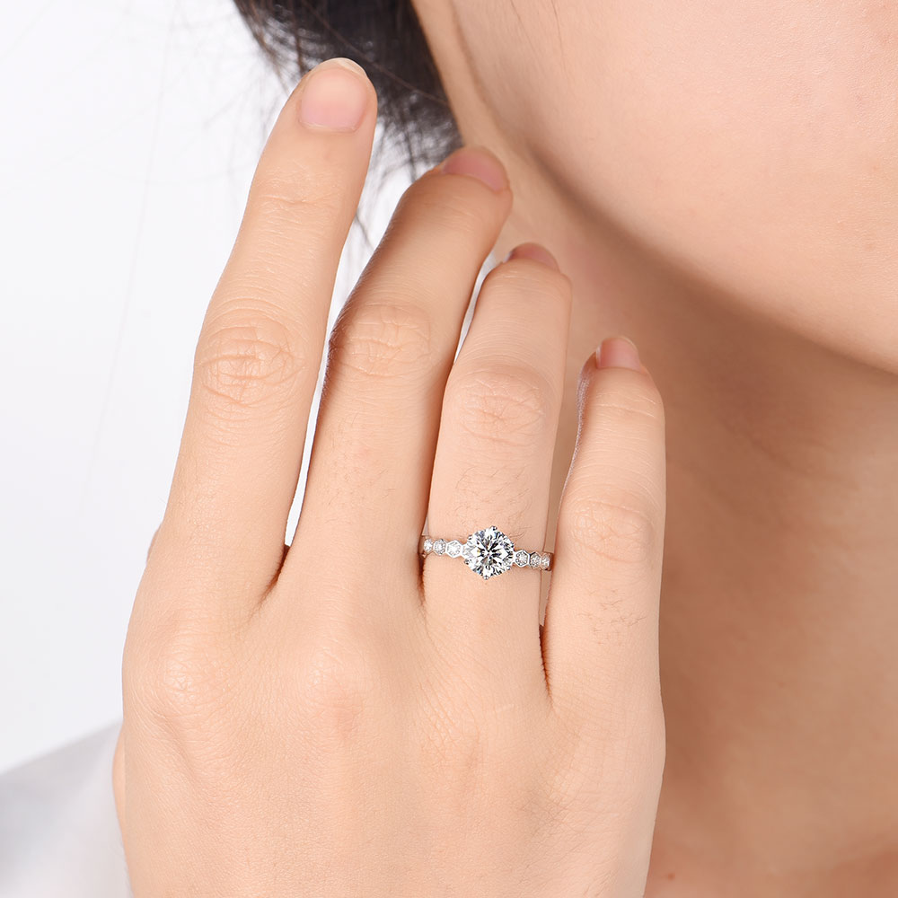 Round Brilliant cut Engagment ring on a drop set diamond band