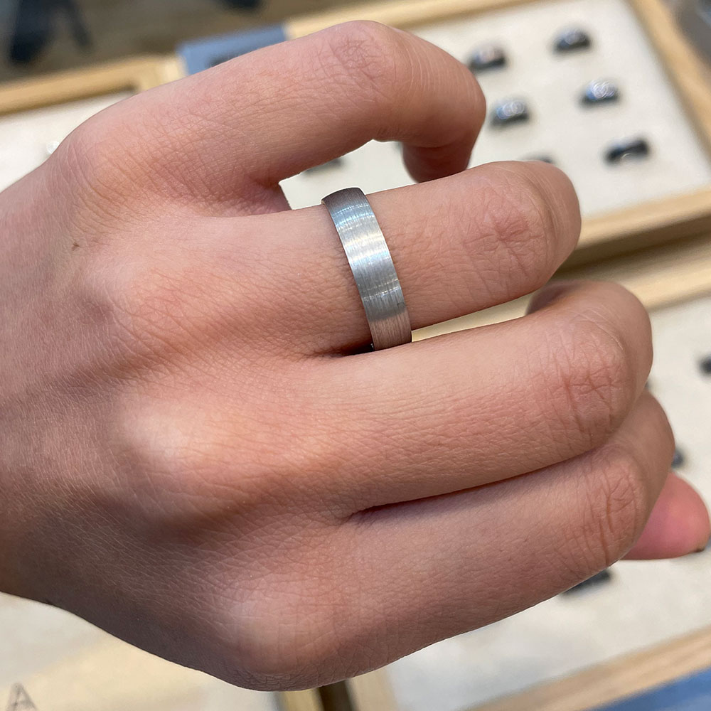 Parallel grain finish mens ring HHR3562